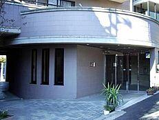 新規内装リノベーション 住宅ローン減税適合物件です 安心のアフターサービス保証付き 最上階につき、陽当り・眺望良好です 玄関・廊下天然大理石貼り 食洗機つき 外壁タイル貼り・オートロック・宅配ロッカー