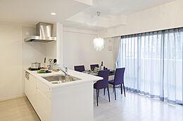清潔感と機能性を重視し、様々な活用ができるワイドカウンター付きオーブンキッチン。これだけの広さとリビングの雰囲気がお洒落なホテルで過ごしている様に思えますね。