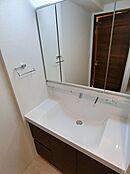3面鏡裏収納付きのシャワー洗面台です。使いやすいシンクにタオル掛けも付いています。