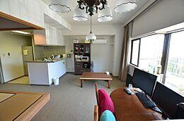 お部屋は使い易い2LDKタイプとなります。床はカーペット仕様です。