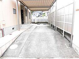 リフォーム済み。こちらは駐車スペースです。カーポートの洗浄を行いました。2台のお車の駐車が可能です。