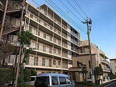 外観平成29年7月中旬現地にて撮影しました。エレベーター付きのマンションです。所在階まで楽々移動可能です。