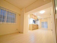 お部屋はフルリフォームにより大変身。古さを感じさせない清潔感のあるお部屋です。