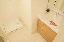 洗濯機置場完備の洗面所です。