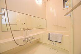 浴室に大きな鏡があり、ゆったりと入浴できる広さです。