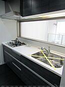 キッチンは対面式 コンロはガス4口 収納豊富なシステムキッチンです
