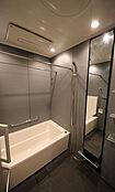 棚付きの浴室ゆったりバスタブで疲れを癒します