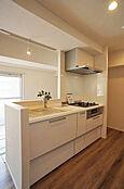 調理をしながらご家族との団欒を楽しめる対面式システムキッチン(新規交換済み)