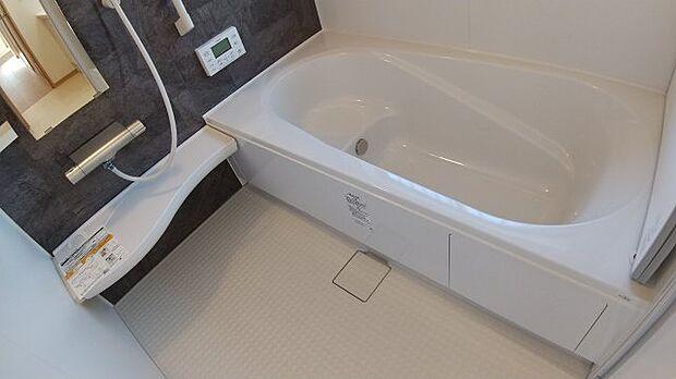 お湯が冷めにくいダブル保温サーモスバス。エコベンチ浴槽なので、家計にもやさしいお風呂♪