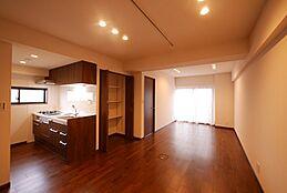 約16.1帖のリビングダイニングキッチン。ダイニングテーブルやソファー、テレビを配置しやすい広さと形です