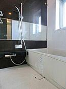 浴室には人気タイプの横型ミラー設置。窓もあり、清潔な空間に保てます