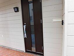 玄関ドアは最新...