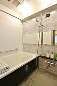 浴室乾燥機付バス。お天気の悪い日でも洗濯可能。追焚き機能付。エコでお風呂に入れます。