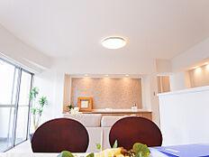 16帖のゆったりとしたLDKの壁面には調湿・消臭効果もあるエコカラットを使用。