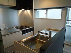 キッチンスペースにも窓 明るく換気良好です