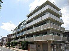 「中野新橋」駅より徒歩8分、「幡ヶ谷」「西新宿五丁目」も利用可能です。