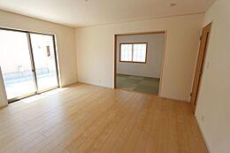 和室と合わせて24帖の広々空間。大家族様でもゆったりお過ごし頂けます。