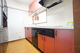 目を引くレッドカラーのキッチンです。IHクッキングヒーター・食器洗浄乾燥機・浄水器付です。