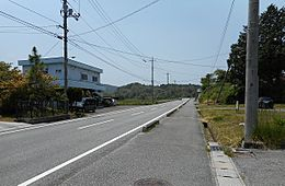 前面道路、北側より。交通量は少ないですが、スピードは速いです。
