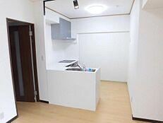 リフォーム済/ダイニングキッチンL型の対面キッチンへ交換しました。その他各居室の扉は新品に交換しております。