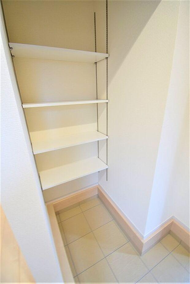玄関横にシューズインクロークがついているので、片付いた玄関がキープできます。可動棚で調整可、ロングブーツやレインブーツもすっぽり収まります。