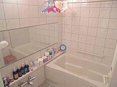 浴室は、一般的なマンション浴室より広い1518サイズとなっており、広々しております。