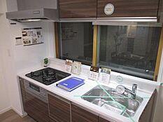 食洗機・浄水機能付きシステムキッチン、吊戸棚を設置し収納も確保しました。