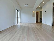 バルコニーから見たリビングダイニング。キッチンが見えませんので急な来客や家具の配置がしやすい間取りです