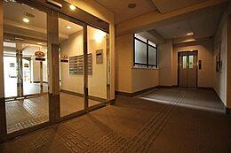 「エントランス」玄関アプローチは毎日使うため大事な空間です。明るく綺麗なのは全体をしっかり管理している証拠です。