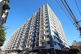 総戸数526戸、11階に位置する本マンションは管理体系が整い、明るく、風通しもよく、清潔感のある過ごしやすいマンションです。
