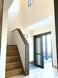 明るい玄関〜廊下は吹き抜けも有り開放的な空間です。(2)