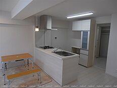 キッチン奥にはWICを造作 約3帖分の広々収納です