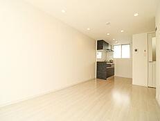 白を基調としたシンプルな内装でキッチン側に窓が付いているので換気もでき快適