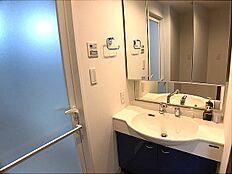 洗面所 ワイドな鏡を備えた洗面化粧台です。