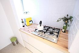 (Stove Space)ダイニングテーブル後ろには4つ口コンロ。奥には小窓を設置しており、自然換気に最適。