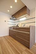 都会的で優美な印象のオリジナルデザイン。透明感のあるモザイクタイルが、キッチン空間をシャープに彩ります