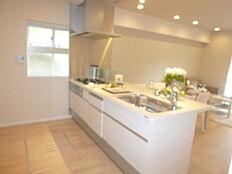床下収納もあり、使いやすいキッチン