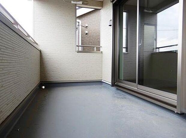 写真は同施工会社のものです。使い勝手の良いルーフバルコニー。天気のいい日は洗濯物がよく乾きます。屋根がついているので、突然の雨にも安心です。