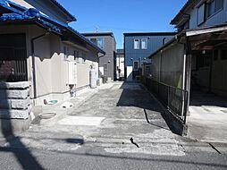 リフォーム済駐車場です。カーポート、倉庫を撤去したので、縦列で2台駐車することができます。駐車場の幅に余裕があるため、乗り降り楽々です。