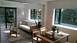 邸宅のような贅沢なリビングと美しい眺めが自慢です。