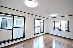 2階洋室リフォーム済、10帖の洋室です。真ん中に壁を造作することで、2部屋に分けることも可能です。
