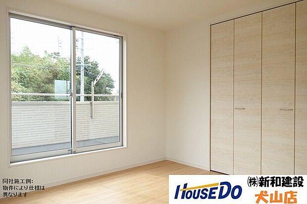 大きな窓により、お部屋をさらに広く開放的に感じられます。ゆとりある空間で過ごすことで自然と心にも余裕ができますね。