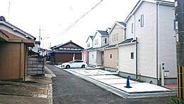 現地写真です。前の道路は車の通りも少なく、子供さんにも安心。穏やかな新生活をスタートしませんか。