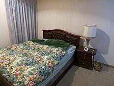 主寝室としてオーナー様がご利用されております。窓、ライトコート設置で明るい室内です。