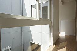 開放的な2階廊...