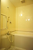 シンプルな浴室で一日の疲れをリフレッシュ。