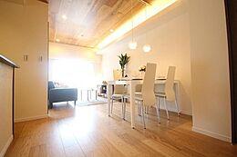 (リビングダイニング)折り上げ天井が開放t系な居住スペースを作り上げます。イチョウ並木を覗くことができ、四季を感じられます。ハイグレードなリフォームの室内で高級感ある生活を・・・。