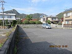 近隣は、戸建とアパートや駐車場が混在する住宅地です