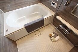 心地よさにこだわった浴槽形状でリラックスできます。湯船に浸かって一日の疲れを癒してください