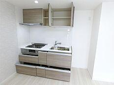 奥の物が取りやすいスライド式収納と上部棚キッチンの隣に冷蔵庫置場あり